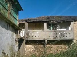 Casa con horno, lareira y pozo de cantería para reconstruir. Finca y montes.