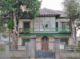 Casa-Chalet señorial situada en el nº 16 de la Avenida de Castelao y finca edificable con frente a Camino Real de la Magdalena en Cedeira (A Coruña)